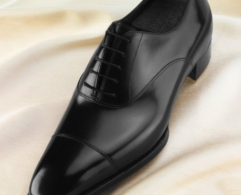 Black-Cap-Toe-Oxford-from-the-Deco-Line-of-Gaziano-Girling-Note-the-V-Opening-that-should-close-upon-break-in-of-the-shoes-495x400.jpg.e0d298cf917df6e82bc3eecf1510e65c.jpg